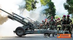 Citizen6, Jawa Timur: Korps Marinir melakukan 17 kali penembakan Meriam 105 MM di Gedung Grahadi Surabaya, Rabu (17/8). Meriam diledakan untuk memperingati detik-detik kemerdekaan Indonesia. (Pengirim: Budi Abdillah)