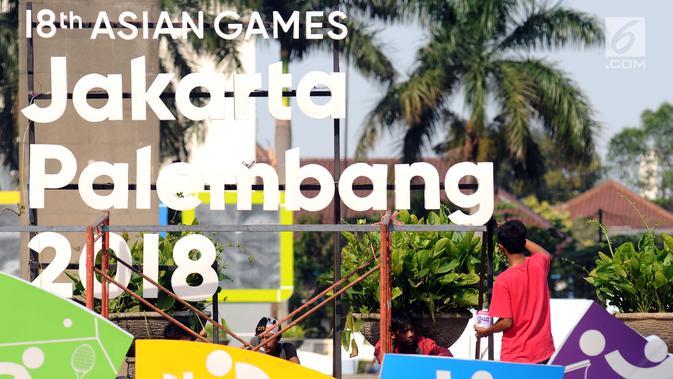 Pekerja menyelesaikan pemasangan logo Asian Games 2018 di kawasan Bundaran Hotel Indonesia, Jakarta, Rabu (16/8). Jelang peluncuran hitung mundur Asian Games 2018 pemasangan karakter cabang olahraga dipercepat. (Liputan6.com/Helmi Fithriansyah)#source%3Dgooglier%2Ecom#https%3A%2F%2Fgooglier%2Ecom%2Fpage%2F%2F10000