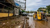 Jalan tampak tertutup lumpur dan sampah usai hujan deras yang dibawa Topan Goni memicu terjadinya banjir di Provinsi Batangas, Filipina, 2 November 2020. Hingga 2 November 2020, jumlah korban jiwa akibat Topan Goni yang melanda bagian selatan Luzon bertambah menjadi 16 orang. (Xinhua/Rouelle Umali)