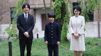 Polsi menyelidiki seorang pria yang diduga menaruh dua pisau berwarna merah muda di meja sekolah Pangeran Hisahito (tengah). Di gambar ini, Hisahito berdiri bersama orangtuanya: Pangeran Akishino dan Putri Kiko. (Foto AFP / KOJI SASAHARA)