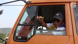 Menteri PUPR Basuki Hadimuljono mengacungkan jempol kepada wartawan saat menaiki truk untuk melintasi Jembatan Kali Kuto di Batang, Jateng, Rabu (13/6). Jembatan Kali Kuto mampu menahan beban hingga 16 ton. (Liputan6.com/Arya Manggala)