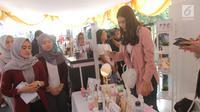 Artis Syahnaz melihat kosmetik saat kampanye Cerdas Memilih dan Menggunakan Kosmetik Aman dan Bermutu di Pusat Grosir Asemka, Jakarta, Sabtu (24/11). Kampanye ini diselenggarakan BPOM yang bekerja sama dengan lintas sektor. (Liputan6.com/Herman Zakharia)