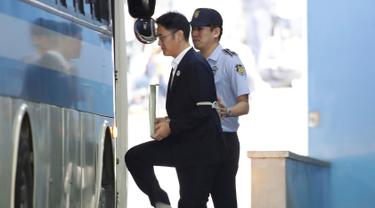 Wakil Ketua Samsung Electronics, Lee Jae-yong menuju mobil tahanan seusai menjalani sidang vonis di pengadilan di Seoul, Korea Selatan, (25/8). Pengadilan Korea Selatan menjatuhkan vonis lima tahun penjara kepada Lee. (Chung Sung-Jun/Pool Photo via AP)