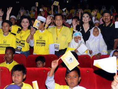 Ketua Umum Partai Golkar, Setya Novanto (tengah) mengangkat tangan jelang nonton bareng film Iqro bersama 1000 anak yatim di Jakarta, Minggu (12/2). Acara ini untuk memperingati Maulid Nabi Muhammad SAW. (Liputan6.com/Helmi Fithriansyah)