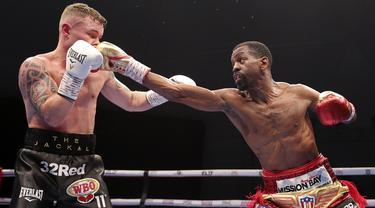 Petinju Amerika Serikat Jamel Herring (kanan) mendaratkan pukulan pada petinju Inggris Carl Frampton pada pertarungan gelar dunia kelas bulu super WBO di Dubai, UEA, Minggu (4/4/2021). (AP Photo/Kamran Jebreili)
