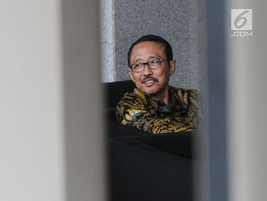 Mantan Kepala BPPN, I Putu Gede Ary Suta menunggu di lobi usai menjalani pemeriksaan penyidik KPK, Jakarta, Rabu (29/8). Ary Suta diperiksa untuk penyelidikan terkait dugaan korupsi penerbitan SKL BLBI. (Merdeka.com/Dwi Narwoko)