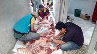 Nampak para panitia kurban masjid Jami Ar-Ridwan, Ciawitali, Tarogong Garut, tengah melakukan penyisitan kulit hewan kurban sapi (Liputan6.com/Jayadi Supriadin)