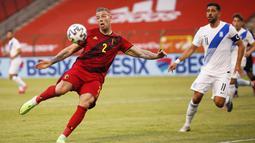 Pemain Belgia, Toby Alderweireld, melepaskan tendangan saat melawan Yunani pada laga uji coba di Stadion King Baudouin, Jumat (4/6/2021). Kedua tim bermain imbang 1-1. (AP/Francisco Seco)