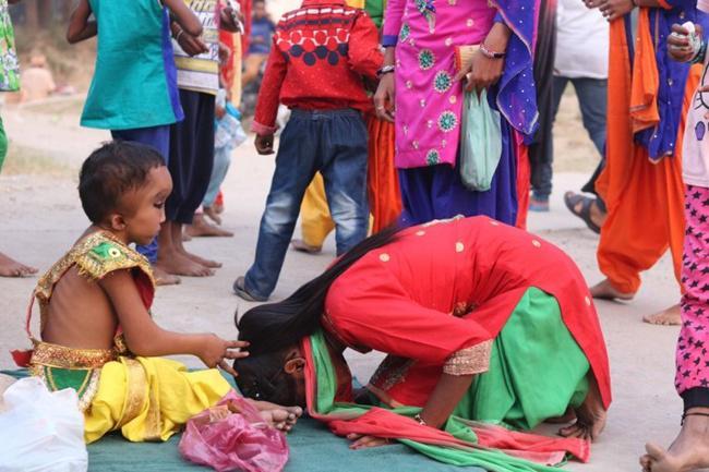 Pranshu saat di agung-agungkan oleh warga desa setempat | Photo: Copyright metro.co.uk