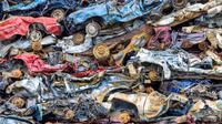 Nasib mobil-mobil yang sulit diperbaiki akan berakhir di pusat rongsokan mobil Bonnie's Car Crushers, Colorado.