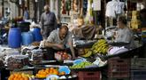 Pegangan menata buah dagangannya saat berjualan di sebuah pasar di Ibu Kota Damaskus, Suriah, Minggu (19/5/2019). Perang sipil yang berlangsung selama delapan tahun terakhir membuat warga Suriah harus berhemat saat Ramadan. (Louai Beshara/AFP)