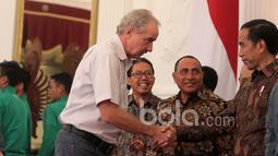 Pelatih Alfred Riedl dan para pemain Timnas Indonesia diterima Presiden RI, Joko Widodo di Istana Negara, (19/12/2016). (Bola.com/Nicklas Hanoatubun)