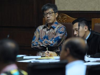 Mantan Dirut PT Quadra Solutions, Anang Sugiana Sudihardjo menyimak keterangan saksi pada sidang lanjutan dugaan korupsi pengadaan E-KTP di Pengadlian Tipikor, Jakarta, Kamis (26/4). Sidang mendengar keterangan saksi. (Liputan6.com/Helmi Fithriansyah)