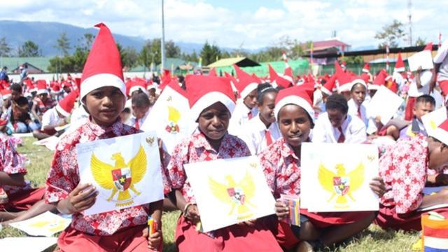 Puluhan Ribu Anak Papua Warnai Gambar Burung Garuda Pancasila