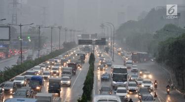 Arus lalu lintas saat hujan deras mengguyur kawasan Gatot Soebroto, Jakarta, Senin (11/2). Badan Meteorologi, Klimatologi, dan Geofisika (BMKG) memprediksi puncak musim hujan terjadi hingga Februari 2019. (Merdeka.com/Iqbal Nugroho)