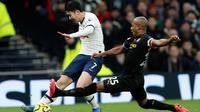 Pemain Manchester City Fernandinho (kanan) mencoba untuk menghalau tendangan pemain Tottenham Hotspur Son Heung-min pada pertandingan Liga Inggris di  Stadion Tottenham Hotspur, London, Inggris, Minggu (2/2/2020). Tottenham Hotspur mengalahkan Manchester City 2-0. (AP Photo/Ian Walton)
