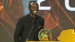 Penyerang Senegal, Sadio Mane, memberikan sambutan saat mendapatkan penghargaan sebagai pemain terbaik Afrika 2019 di Hurghada, Mesir, Rabu (8/1/2020). Pemain Liverpool ini mengalahkan Mohamed Salah dan Riyad Mahrez. (AFP/Khaled Desouki)