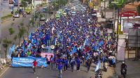 Ratusan buruh bergerak dengan berjalan kaki memenuhi seluruh Jalan Raya Serpong menuju BSD dan pintu tol yang membuat lalu lintas lumpuh. (Naomi Trisna/Liputan6.com)