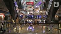Suasana pertokoan nampak tutup di Kawasan Pejaten Barat, Jakarta Selatan, Jumat (10/4/2020). Merebaknya virus Covid-19 di Indonesia, pemerintah menginstruksikan agar masyarakat tidak berkegiatan di luar rumah untuk sementara. (Liputan6.com/Herman Zakharia)