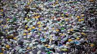 Jemaah membawa payung saat memadati masjid Namirah di Kota Arafah, Arab Saudi (31/8). Menurut hikayat setempat, masjid ini merupakan salah satu saksi pertama kali Rasulullah melaksanakan ibadah haji. (AP Photo / Khalil Hamra)