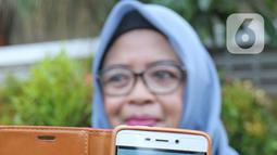 Pihak keluarga menunjukan WNI yang dievakuasi dari Wuhan, China saat menunggu di Bandara Halim Perdana Kusuma, Jakarta, Sabtu (15/2/2020). Pemerintah secara resmi memulangkan 238 WNI ke daerah masing-masing seusai menjalani observasi selama 14 hari di Ranai, Natuna. (Liputan6.com/Herman Zakharia)