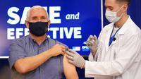 Wakil Presiden Amerika Serikat Mike Pence (kiri) menerima suntikan vaksin COVID-19 Pfizer-BioNTech di Gedung Putih, Washington, Jumat (18/12/2020). Pence menyebutkan bahwa dirinya tidak merasakan apa-apa usai menerima vaksin COVID-19. (AP Photo/Andrew Harnik)