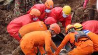 Tim Pencarian dan Penyelamatan (SAR) menemukan dua jasad korban longsor di Desa Cihanjuang, Kecamatan Cimanggung, Kabupaten Sumedang, Rabu (13/1/2021). (Foto: Dok. Basarnas)