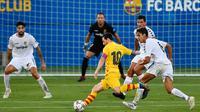 Kapten Barcelona, Lionel Messi, melepaskan tendangan saat pertandingan melawan Gimnastic pada laga uji coba di Johan Cruyff Stadium, Minggu (13/9/2020). Barcelona menang dengan skor 3-1. (AFP/Pau Barrena)