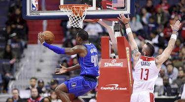 Pebasket Dallas Mavericks, Harrison Barnes, berusaha memasukkan bola saat pertandingan melawan Washington Wizards pada laga NBA di Capital One Arena, Selasa (7/11/2017). Mavericks menang 113-99 atas Wizards. (AP/Nick Wass)