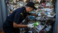 Petugas Bea Cukai Tanjung Perak memeriksa kontainer berisi sampah asal Australia di Pelabuhan Tanjung Perak, Surabaya, Jawa Timur, Selasa (9/7/2019). Ini upaya penindakan kedua oleh Bea Cukai Tanjung Perak terhadap bahan berbahaya dan beracun (B3) yang masuk ke Surabaya. (JUNI KRISWANTO/AFP)