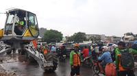 Jalan di Kampung Melayu macet akibat pembersihan sampah di Kali Ciliwung, Sabtu (8/2/2020). (Liputan6.com/Yopi Makdori)