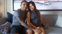 Pemain Madura United, Beto Goncalves dan sang istri, Rosmala Dewi. (Bola.com/Aditya Wany)