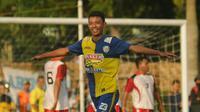 Striker muda Arema, Dedi Setiawan mencetak dua gol saat mengalahkan Cepu All Stars dalam laga uji coba di Lapangan Pusdiklat Migas, Sabtu (15/10/2016). (Bola.com/Iwan Setiawan)