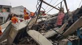 Sejumlah petugas damkar saat mengevakuasi korban rumah roboh di  Jalan Pulo, Tanah Tinggi, Johar Baru, Jakarta Pusa, Jumat (26/4). Hingga saat ini petugas masih melakukan evakuasi warga yang masih terjebak di dalam puing bangunan rumah yang ambruk. (Liputan6.com/Herman Zakharia)