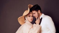 Rifky Balweel selalu menemani sang istri kemana pun termasuk saat maternity shoot. Ia menatap mesra sang istri yang mengenakan topi dan busana warna kalem. Dengan setelan jas rapi, Rifky terlihat sangat serasi dengan Biby. (Liputan6.com/IG/@bibyalraen13)