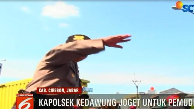 Seorang perwira polisi berjoget di tengah padatnya arus kendaraan pemudik yang mengarah ke Jawa Tengah.