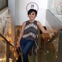 Yuni Shara kenakan batik. (Instagram/yunishara36)