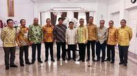 Ketua Umum Partai Golkar Airlangga Hartarto bersama sebelas petinggi partai menyambangi rumah dinas Wakil Presiden Jusuf Kalla (Merdeka.com/Intan)