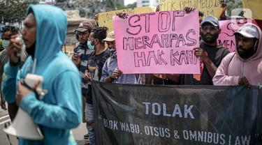 Massa yang tergabung dalam Aliansi Mahasiswa Papua menggelar aksi di kawasan Patung Kuda, Jakarta, Senin (16/11/2020). Mahasiswa menolak operasi Blok Wabu bekas PT Freeport Indonesia, perpanjangan otonomi khusus Papua yang berakhir 2021, dan UU Cipta Kerja. (Liputan6.com/Faizal Fanani)