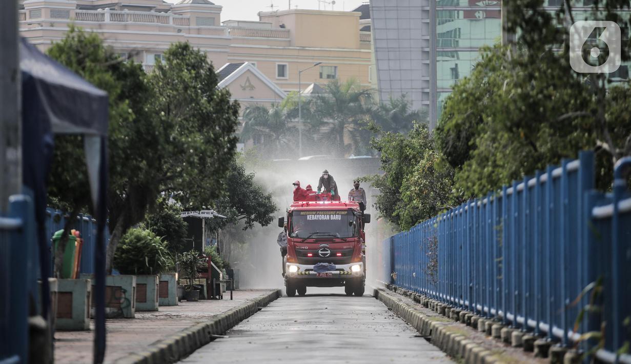 Petugas Damkar saat menyemprotkan cairan disinfektan di kawasan Terminal bus dan Blok M Square, Jakarta, Selasa (23/6/2020). Penyemprotan cairan disinfektan tersebut bertujuan untuk mencegah penyebaran COVID-19. (Liputan6.com/Faizal Fanani)