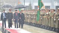 Presiden RI Joko Widodo (Jokowi) didampingi Presiden Afganistan Ashraf Ghani memeriksa barisan, di tengah hujan salju, dalam upacara penyambutan di Istana Presiden Arg, Kabul, Senin (29/1). (Liputan6.com/Pool/Biro Pers Setpres)