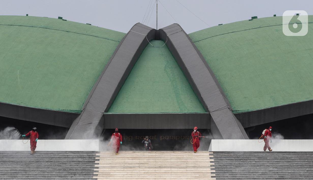 Petugas pemadam kebakaran menyemprotkan cairan disinfektan di Kompleks Parlemen, Senayan, Jakarta, Minggu (9/8/2020). Penyemprotan cairan disinfektan tersebut dilakukan dalam rangka pencegahan penyebaran virus Corona (COVID-19) di lingkungan DPR/MPR. (Liputan6.com/Johan Tallo)