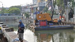 Petugas Dinas Sumber Daya Air Pemprov DKI Jakarta membangun turap di Kali Ciliwung Lama, Jakarta, Kamis (11/10). Pembangunan turap ini dilakukan untuk mencegah banjir pada saat musim hujan. (Merdeka.com/Iqbal Nugroho)
