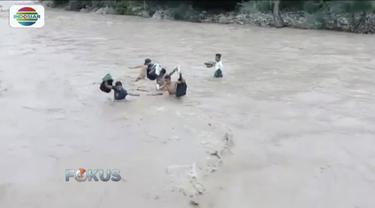 Demi sekolah, para pelajar Kupang, NTT, terobos sungai berarus deras dan tinggi tanpa alat bantu.