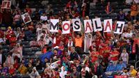 Suporter Liverpool membuat nama Mohamed Salah saat menyaksikan pertandingan melawan Manchester City pada pertandingan International Champions Cup di East Rutherford, N.J. (25/7). Liverpool menang 2-1 atas City. (AP Photo/Julio Cortez)