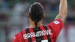Striker AC Milan itu menjadi sorotan dan ramai di jagat maya lantaran tampil dengan gaya rambut baru. (Foto:AP/Spada/LaPresse)