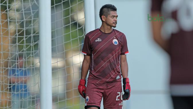 Bambang Pamungkas menunggu rekannya menendang bola saat menjadi kiper di Lapangan ABC, Senayan, Jakarta (09/04/2018). Persija akan melawan JDT pada PIala AFC 2018. (Bola.com/Nick Hanoatubun)