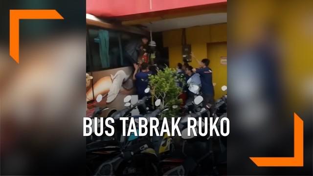 Kecelakaan menimpa bus pengantar karyawan di Bekasi, bus hilang kendali hingga tabrak sebuah ruko.
