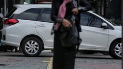 Sebuah mobil menghalangi jalur difabel trotoar di kawasan Sarinah, Jakarta, Rabu (6/1). Kondisi trotoar yang tidak steril ini menyulitkan pejalan kaki, terutama difabel saat melintas. (Liputan6.com/Faizal Fanani)