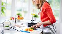 Anda dapat memasak makanan sendiri untuk hidup yang lebih sehat. Berikut langkah dan tips melakukannya di rumah.